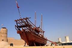 Altes Boot auf äußerem Dubai-Museum der Bildschirmanzeige Lizenzfreies Stockfoto