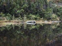 Altes Boot auf Avalanche See in den Adirondack-Bergen Stockfotografie