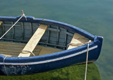 Altes Boot auf blauem Green River Stockbilder