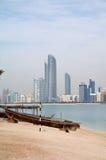 Altes Boot auf dem Hintergrund von Wolkenkratzern in Abu Dhabi Stockbild