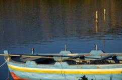 Altes Boot auf dem See stockbild