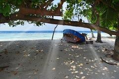 Altes Boot auf dem Strand stockfotos