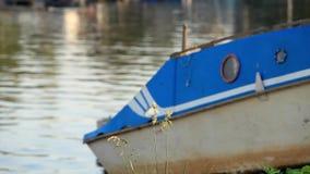 Altes Boot auf dem Ufer Stockfotos