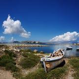 Altes Boot auf dem Ufer vom Mittelmeer Stockfoto