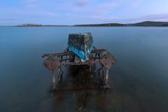Altes Boot auf einem rostigen Eisenrahmen Stockfotografie