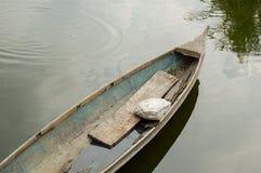 Altes Boot auf Kanal lizenzfreie stockfotografie