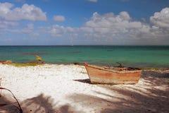 Altes Boot auf Seeküste Isla Saona, La Romana, Dominikanische Republik Lizenzfreie Stockfotos