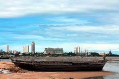 Altes Boot auf Strand stockbild
