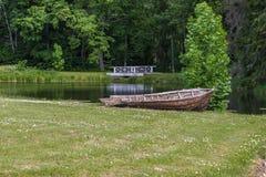 Altes Boot auf Ufer von See Stockfoto