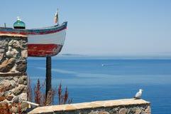 Altes Boot, Demijohn und Seemöwe Stockfotos
