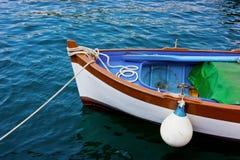 Altes Boot festgemacht im Hafen Lizenzfreie Stockfotografie