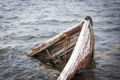 Altes Boot im Meer Stockfoto