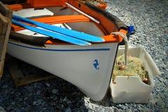 Altes Boot mit Rudern auf dem Seeufer stockfotos