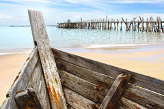 Altes Boot am schwarzen Sand-Strand Lizenzfreies Stockbild