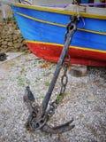 Altes Boot und Anker Stockfoto