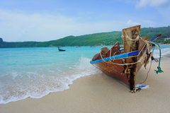 altes Boot und blaues Meer lizenzfreie stockfotografie