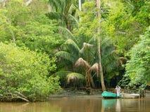 Altes Boot und Eingeborener auf dem Strand Lizenzfreie Stockfotografie