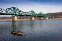 Altes Boot und grüne Brücke Lizenzfreies Stockfoto
