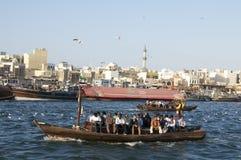 Altes Boot, welches das Dubai Creek kreuzt Lizenzfreies Stockfoto