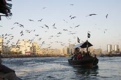 Altes Boot, welches das Dubai Creek kreuzt Stockbild
