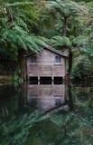 Altes Bootshaus bei Alfred Nicholas Gardens, Dandenong erstreckt sich, Australien stockfoto