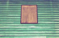 Altes braunes Fenster mit grüner Wand stockbild