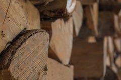 Altes Brennholz, das nicht nah herauf Spinnennetz verwendet wird stockfotos