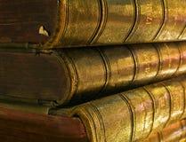 Altes Buch angesichts der Kerzen Stockfotografie