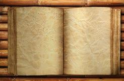 Altes Buch auf Bambus Stockfotografie