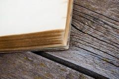 Altes Buch auf hölzerner Tabelle Lizenzfreies Stockfoto