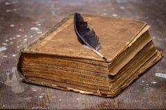 Altes Buch in einer Schmutzart auf einem Holztisch Stockbilder