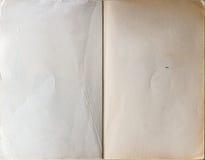 Altes Buch geöffnet zur ersten Seite Stockfoto
