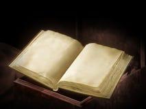 Altes Buch im dunklen Ambiente stockbild