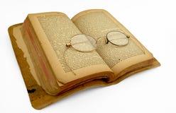 Altes Buch mit antiken Gläsern Lizenzfreie Stockbilder