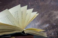 Altes Buch mit dem Auflockern von Seiten Stockbild
