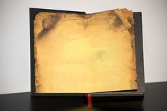 Altes Buch mit gelb gefärbtem Papier Lizenzfreie Stockfotografie