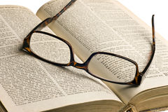 Altes Buch mit Gläsern Stockfotos