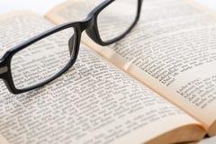 Altes Buch mit Gläsern, Nahaufnahme Stockfotografie