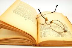 Altes Buch mit glasess Stockfotos