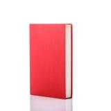 Altes Buch mit leerem Blinddeckel Studioschuß getrennt auf Weiß Stockfotografie