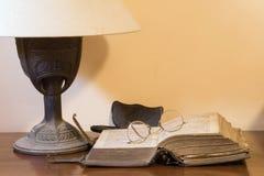 Altes Buch mit Lesegläsern lizenzfreie stockfotos