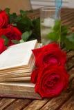 Altes Buch mit Rosen lizenzfreie stockbilder