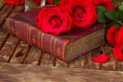 Altes Buch mit Rosen stockbilder