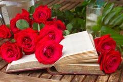 Altes Buch mit Rosen stockfotografie