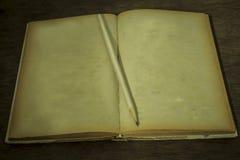 Altes Buch Stillleben, Weinlese styl Stockfoto