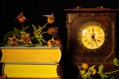 Altes Buch und Borduhr Stockfoto
