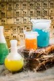 Altes Buch und chemische Reaktion im Labor Lizenzfreie Stockbilder