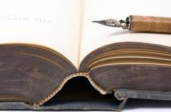 Altes Buch und Feder Lizenzfreie Stockfotos