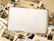 Altes Buch und Fotos Stockbilder