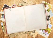 Altes Buch und Fotos Lizenzfreie Stockfotos